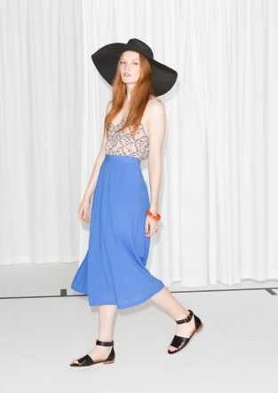 Lightweight cotton with crinkled texture is styled into this summery midi skirt with a swingy a-line silhouette.