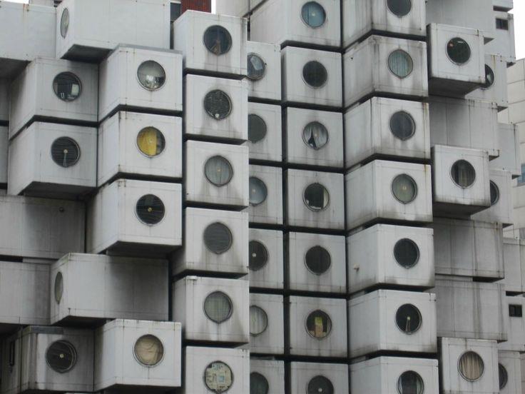 Em Tóquio existe uma torre de apartamentos que se assemelha a uma pilha de máquinas de lavar roupa