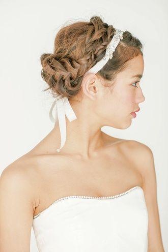 リボンカチューシャの技ありアップスタイル! ウェディングドレス・カラードレスに合う〜編み込みの花嫁衣装の髪型まとめ一覧〜