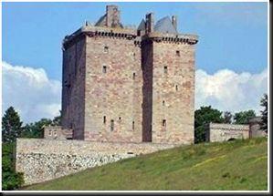 Castelo Borthwick  image       O quarto vermelho do Castelo Borthwick assustou tantos visitantes, que na década de 1980 um sacerdote de Edimburgo foi chamado pelos proprietários para exorcizar os espíritos remanescentes, entre muitos outros, Mary Stuart, a famosa rainha dos escoceses.       Era assombrado também por um conselheiro dos Borthwick que utilizou o quarto vermelho como cofre. Quando os Borthwicks descobriram que ele roubou o seu dinheiro, eles o queimaram até a morte.