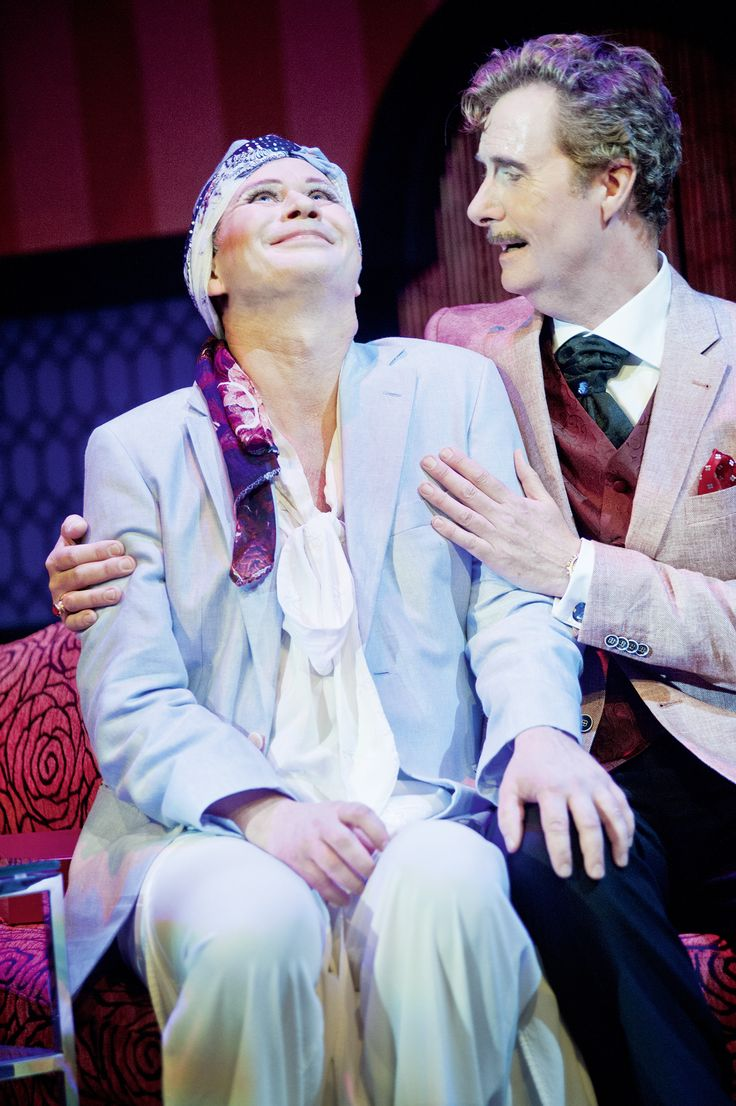 Albin och Georges i en kärleksfull sång. Kostymdesigner Ina Andersson. Maskör Mila L Roberts. Fotograf Anders Alm. #drag #dragqueen #love #hug #musical #musikal