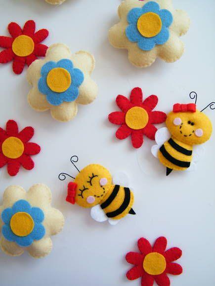 Móbile com pingente de flores com abelhinhas! Perfeito para a decoração de quartos, festas, chá de bebê...E onde mais a sua imaginação pedir!  As pecinhas são fabricadas em feltro com enchimento em fibra acrílica siliconada.   Consulte outras possibilidades de combinação para o móbile! * O valor do móbile depende do tamanho e do número de pingentes - consulte!