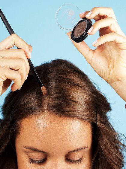 5. KopfhautblitzerüberdeckenGerade Frauen mit sehr feinem Haarnervt,dass ihrScheitel oft auffälligweißlich hervorblitzt. Was tun.Ihr braucht einen Pinsel mittlerer Stärke und einen Lidschatten, der euren Haar-Farbton trifft. Und dann wirdgepinselt. Rauf und runter, bis der Scheitel nicht mehr weißlich durchscheint.Wenig Aufwand für einen großen Effekt!