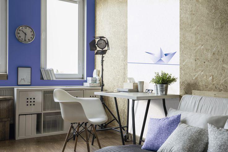 Intensywnie niebieski pigment ultramaryna, użyty w niewielkiej ilości, może służyć jako wybielacz do tkanin. Kto by pomyślał – w końcu w zestawieniu z bielą odcień ten tworzy silny kontrast. Swoją drogą świetnie prezentujący się we wnętrzach :)