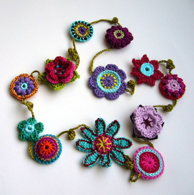 Knallbunte Flower-Power-Häkelkette. Sie hat keinen Verschluss, wird einfach über den Kopf gezogen. Gesamtlänge ca. 100 cm. Hübsches Accessoire, sehr schön auf Tuniken oder Shirts im...