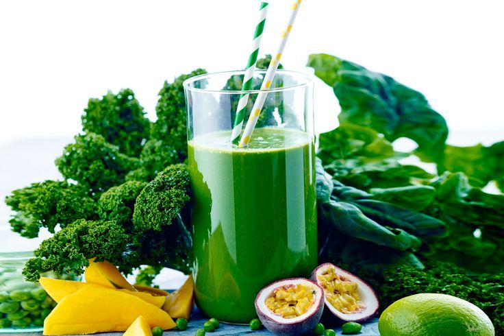 Få dine 600 g grøntsager om dagen med denne friske sommer-smoothie med grønkål, ærter og passionsfrugt.