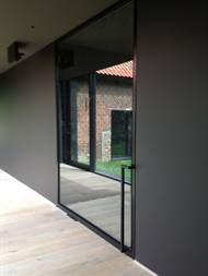Stalen voordeur met zwart kader en spiegelglas