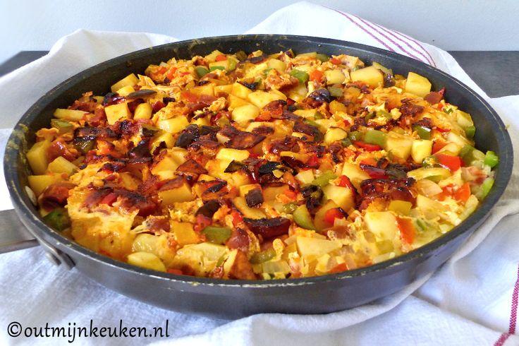 Aardappel tortilla met chorizo is een makkelijk en snel eenpansgerecht. Heb je geen grote koekenpan? Met twee kleinere lukt het ook!