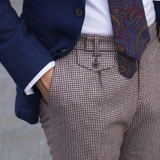 Un magnifique pantalon pied de poule qui s'accorde bien avec des couleurs…