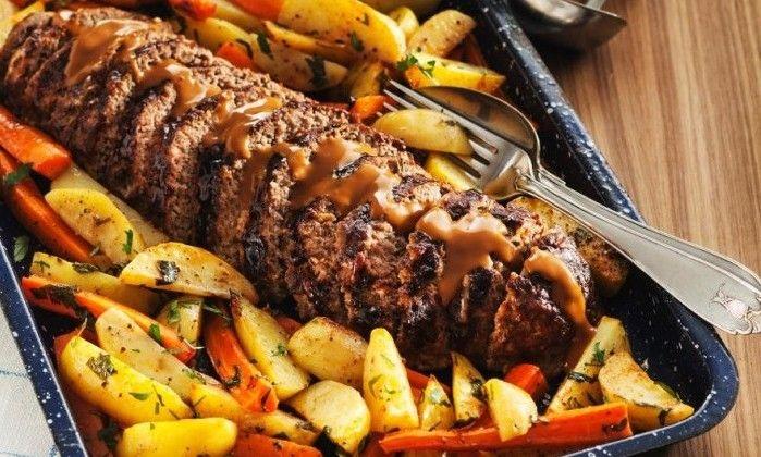 Köttfärslimpa är en god klassiker som alltid går hem. Här serverar vi den med ugnsrostade rotfrukter och en god sås. Läcker bjudmat när det väntas gäster – men även mat som passar...
