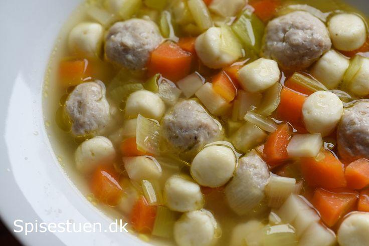 Klar suppe med kød- og melboller Opskrift på kød og mel boller!
