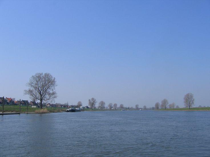 Wandelen over het Maarten van Rossumpad, een LAW wandelroute. Start bij het station van 's-Hertogenbosch  door de stad, langs de rivier de Aa en de IJzeren vrouw. Vervolgens over de Empelse dijk naar Rossum. Uiteindelijk voert de route  door het rivierengebied, over de Veluwe, door Salland en de Overijsselse Vechtstreek naar Steenbergen.