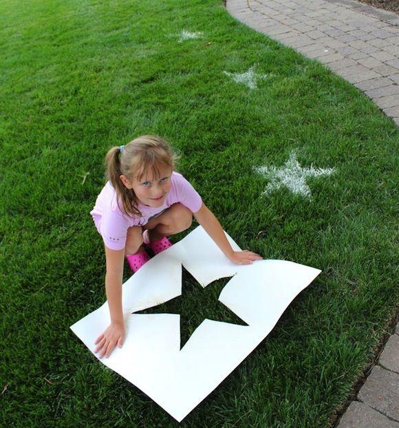 sterren op het gras maken buitenspelletjes kinderen  Knip een groot sjabloon uit. Dat kan van alles zijn: een ster, een letter of een eendje. Neem dan een zeef en bloem. Door de bloem boven het sjabloon op het gras te laten vallen (met de zeef zorg je voor een gelijkmatige verdeling) krijg je mooie afbeeldingen op het gras. En bij de eerst volgende regenbui zijn ze ook zo weer weg.