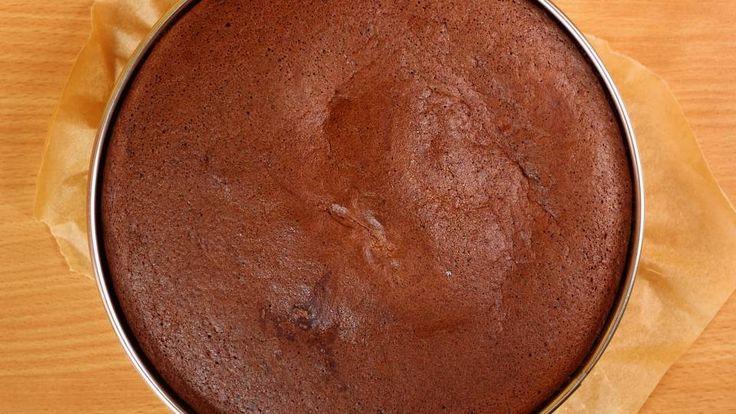 Chokoladekage – verdens nemmeste opskrift er en lækker dansk opskrift, se flere dessert og kage på mad.tv2.dk