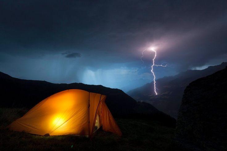 Gemütlich ist das Camper-Leben in Obersaxen, auch wenn draußen ein Gewitter tobt. Ob sich Schweiz-Abenteurer im Zelt einen guten Roman vorgenommen hat oder die Wanderkarte für eine Piz-Titschal-Tour am nächsten Tag, ist nicht überliefert.