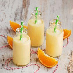 Koktajl mango-pomarańcza z serkiem naturalnym.
