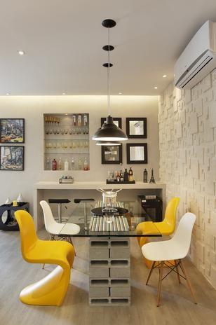 O bar foi montado em nicho embutido na parede, no Estúdio do Designer, ambiente proposto por Patricia Cuimar para a mostra Morar Mais O chique que cabe no bolso