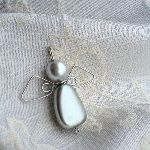 Andílek pro štěstí a krásu domova V. Jsem tvůj andílek pro štěstí! Dekorační andělíček z voskových perliček a ručně vyhotovených křídel z nerezového drátu - andělíček pro štěstí Andílka lze použít jako ozdobu na vánoční stromeček či jako dekorace do bytu andělíčkové náušnice přívěsek (se šlupnou k zavěšení na náhrdelník) k přívěsku na ...