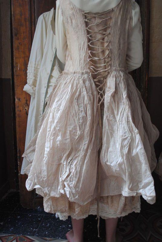 """MLLE GYPSOPHILE : Robe en soie et organza beige """"Ewa IWalla"""", lacée dans le dos et petite veste courte écrue... - Atelier des Ours."""