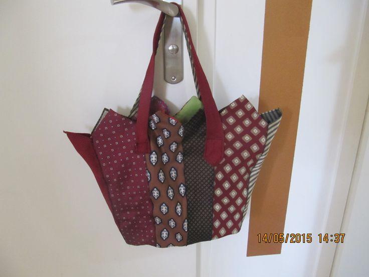 sac en cravates (tissusetrecup.wordpress.com)                                                                                                                                                     Plus
