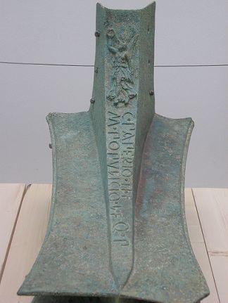 Rostrum.- Espolón de una trirreme, nave de guerra hundia en la batalla de las Islas Egades, que enfrentó a cartagineses y romanos el 10 de marzo de 241a.C. Bronce fundido. Inscripción en relieve: C(aio) PAPERIO Ti(berii) F(ilio) M(arco) POPULICIO L(ucii) F(ilio), Q(uaestoria) P(otestate) que hace referencia a los dos quastores, magistrados bajo cuya autoridad se fabricaron los rostra. Sobre la inscripción imagen de la diosa Victoria.