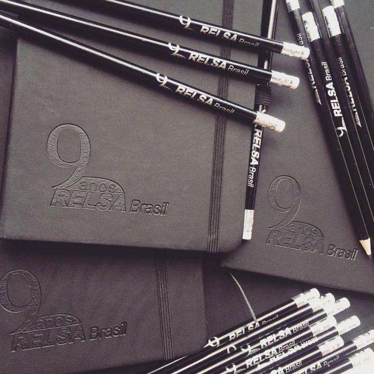 Acabamos de entregar o kit da Relsa Brasil! No kit vem um lápis e um moleskine! Ficou muito legal!!!  faça um orçamento em nosso site  #lapis #moleskines #brindescorporativos #brindespromocionais #brindespersonalizados #malgueiro #brindes