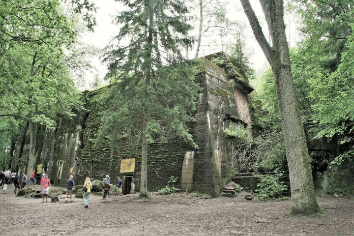 Wolfsschanze Führerhauptquartier in den Masuren – Polen.  Wenn du mit dem Wohnmobil nach Polen fährst, musst du Hitlers Bunker auf jeden Fall besuchen!