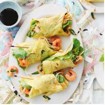 Que estupenda #receta #entulinea #rollito de #tortilla con relleno de #gambas Una tortilla con un toque oriental para paladares exquisitos. Sorprende a tus invitados con estos #rollitos tan espectaculares. #entulinea #adelgazar disfrutando de lo que te gusta con #salud #feliz
