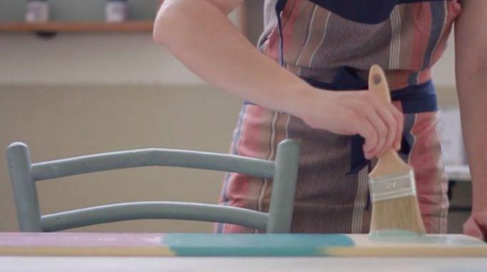 En este taller online aprenderás la técnica principal para pintar y encerar con chalk paint, una pintura tradicional con la que no necesitas decapar tus muebles y objetos decorativos para darles una nueva vida. Sigue leyendo →