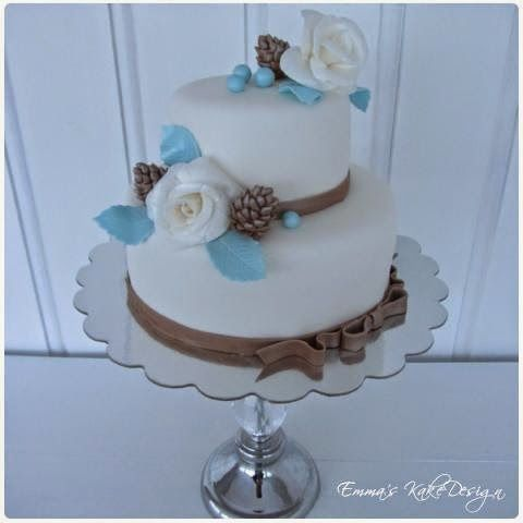 Emmas KakeDesign: Head to the blog for a step-by-step tutorial on how to make this beautiful winter wedding cake. Instagram @emmaskakedesign