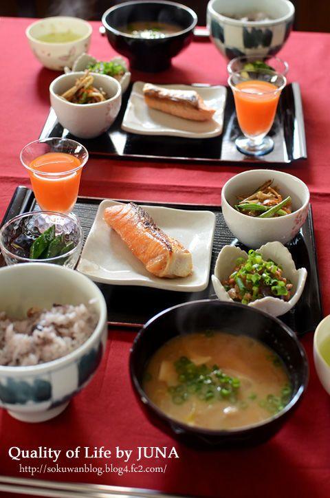 おかずは塩鮭をメインに、前の晩の残りの「五目きんぴら」あとは納豆に、ぬか漬けや野菜ジュースなど。 ごはんは雑穀入りごはんにすると、これまた栄養価もアップ、気分もアップします。 何より朝食というのは家族の一日の力の源になるわけですから、気持ち良く食べてもらう工夫を、自分も楽しみながらしてみると、一日がとても心地よくスタートできますよ~♪ http://www.recipe-blog.jp/blog/juna/2012/05/100.html