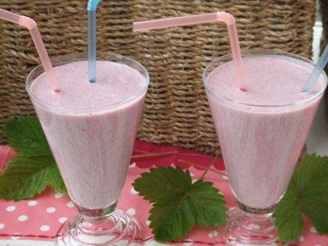 Batido de melocotón en almíbar, fresas y yogurt