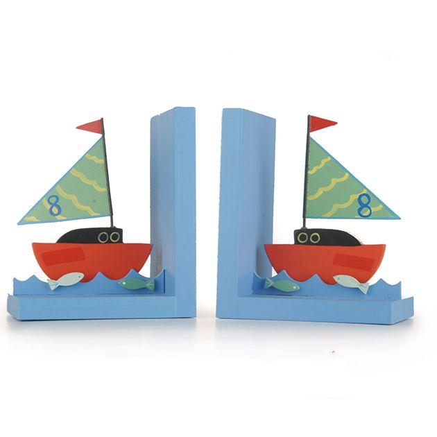 Boekensteunset Boot - Mooie houten blauwe boekensteunen met boten erop. De boten, golven en vissen zijn gemaakt van metaal. Het geheel is geschilderd in mooie nautische kleuren. Ideaal om rondslingerende boeken netjes te ordenen maar ook zeker geschikt als mooie decoratie op de kinderkamer. Ook leuk te combineren met de kapstokhaakjes boten van Sass & Belle   Afmeting: 12 x 20 cm