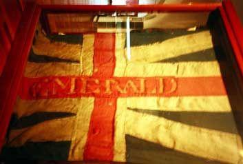 Tenerife junto a otras banderas y pertrechos militares ingleses capturados en el desembarco, y que perteneció a un grupo que salió de la fragata Emerald.Bandera britanica capturada