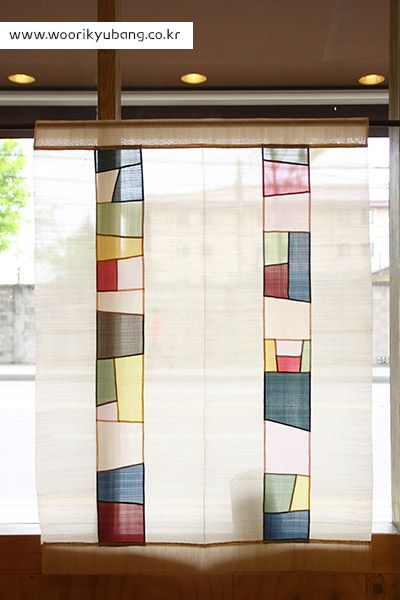 A simple window panel. On the website of the Woorikyubang in Seoul, a center for education in Korean handcrafts.