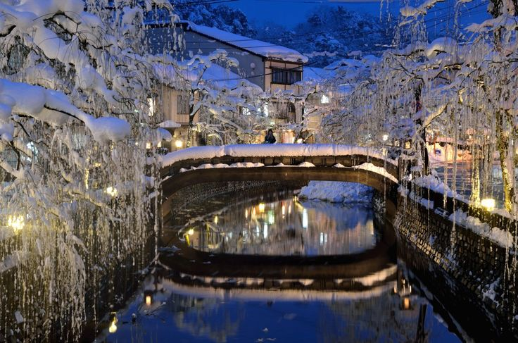 Kinosaki is situated in northern Hyogo and has the Kinosaki Hot Spring Resort spreading along the Otani-gawa River branching off from the Maruyama-gawa River.  [Get there by Rail: 2hrs 40 min from Kyoto Station to Kinosaki Onsen Station by JR Sanin Honsen Line.]
