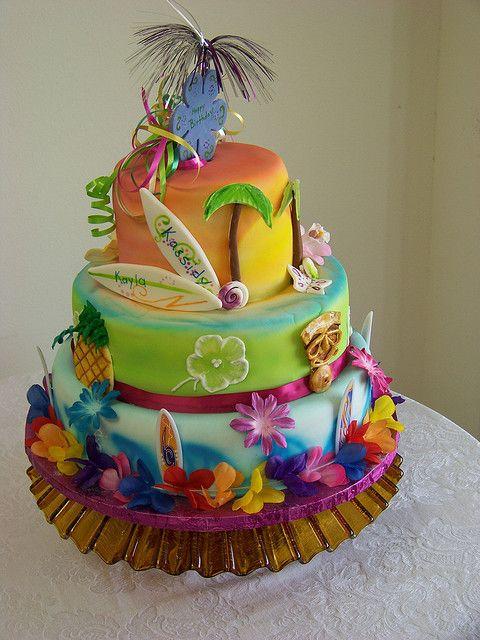 Tarta para cumpleaños con fiesta hawaiana. No le falta ni un detalle! #ideasparafiestas #fiestastematicas