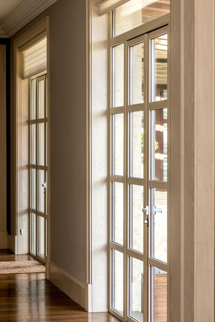 Puertas batientes dobles de madera con diseño en reticulas. Al interior madera blanca al exterior aluminio imitación madera  #ventana #ventanademadera #madera #multivi #puertademadera #puerta #cancel #hechoenmexico