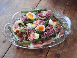 Ensalada de espárragos, huevos y jamón crudo - Receta:Juliana López May- El Gourmet- Diseños de Navidad