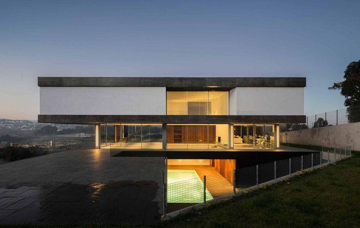 Impressionnante maison contemporaine avec son porte faux for Piscine contemporaine