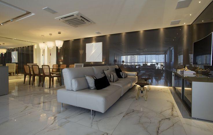 Sala de estar e de jantar Integrada com sofá, travesseiros, TV, lustres, mesa de janela, …   – Apartamentos de luxo