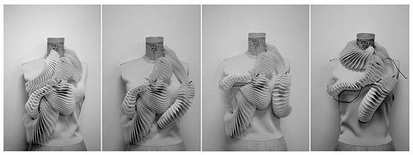 Ruff, de Behnaz Farahi e da designer de moda Pauline Van Dongen. O nome do projeto tem como inspiração a gola dobrada de proteção usada na Europa Ocidental, seculo XVI até XVII. O principal interesse das designers era dar enfâse a interação entre os órgãos e o ambiente circundante. A peça tem a forma de uma bobine espiral que se move com o movimento do corpo, peça é constituída por molas de nitinol que se acionam a contração e a expansão do movimento da peça que parece rastejar sobre o…