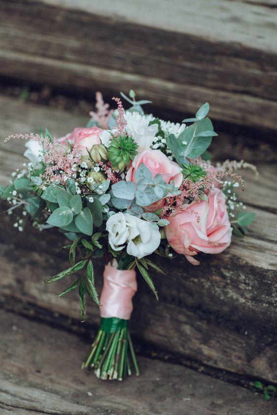 Brautstrau mit Eukalyptus und Salbei und rosa Rosen und