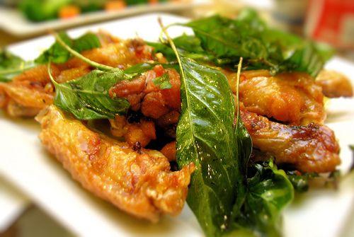Deze kippenvleugels hebben een knapperige buitenkant die vol zit met Thaise curry smaak. Ze zijn echter niet zo pittig als andere Thaise gerechten. De knapperige limoenbladeren voegen smaak en aroma toe waardoor dit gerecht echt Thais word. Gefrituurde...