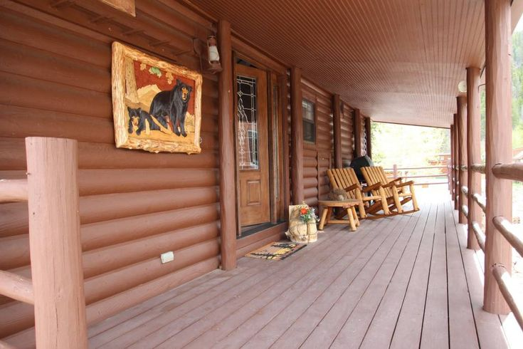 Entire home/apt in Breckenridge, United States. Our cozy dog friendly cabin is the perfect get away for up to four guests.  Located within Tiger Run Resort, enjoy a 12,000 square foot clubhouse with pool, hot tubs, game room, lockers, gym,  basketball and tennis courts.  The bus to nearby Breck...