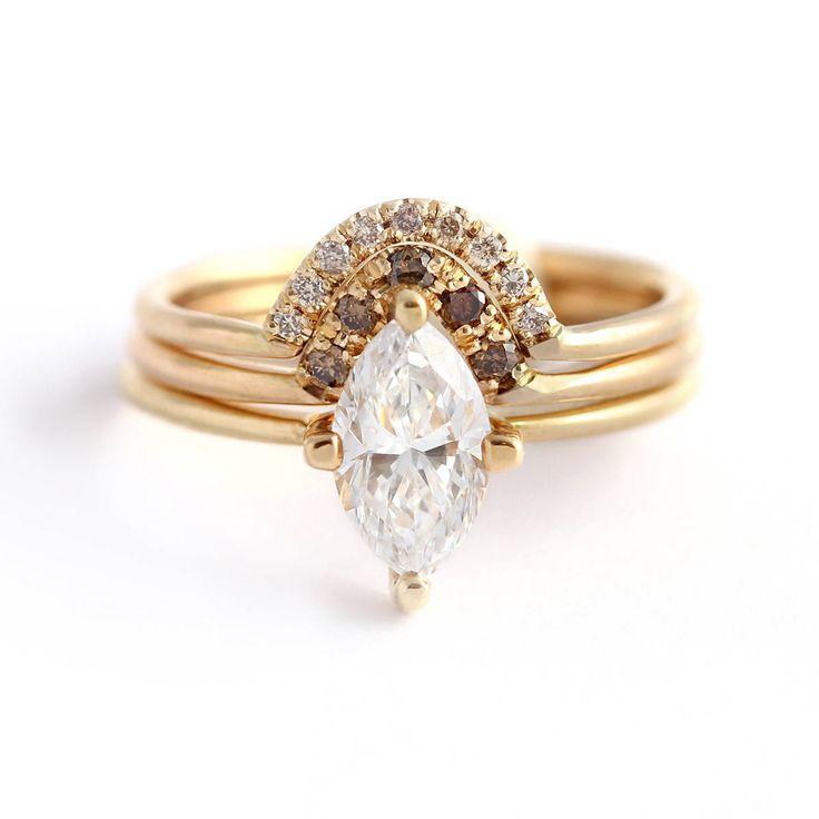 Conjunto ceremonial de tres anillos - marquise diamantes anillo de compromiso con un arco que empareja set de anillos con diamantes sombra marrón brillante. Delicado, único y elegante.  MATERIALES: oro sólido de 18 k, corte del Marqués de 0,5 quilate diamante, diamantes de 1,5 mm marrón cinco, nueve diamantes champagne 1 mm  Parámetros de diamante Marquesa: Claridad VS, color E-G, bueno excelente corte, libre de conflictos  Anillos de banda: 1,3 mm  El anillo viene con un diamante de…