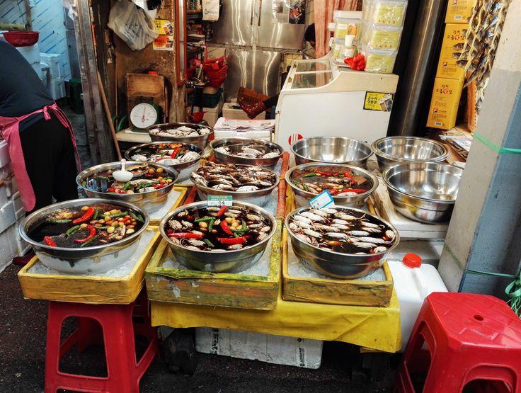 Chi entra qui dentro dovrà per forza di cose avere uno stomaco bello forte :)... Benvenuti al mercato di Gwangjang! Dove poter gustare piatti locali!