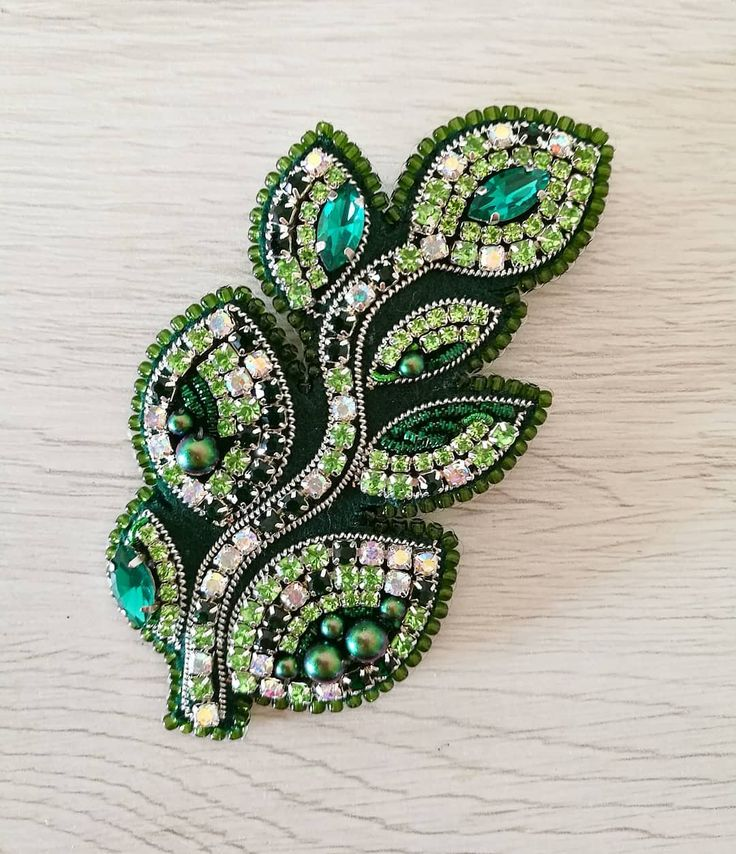 Новый сет брошей! В НАЛИЧИИ! Пахнет весной) Размер веточки 9*4 см (в крайних точках), птички 5,5*3 см. Можно носить комплектом, можно по отдельности) Кому свежей зелени?) #брошь #брошка #брошки #брошьптичка #brooch #brooches #birdbrooch #embroiderybrooch #embroideryart #броши #броширучнойработы #handmade #handmadebrooch #green