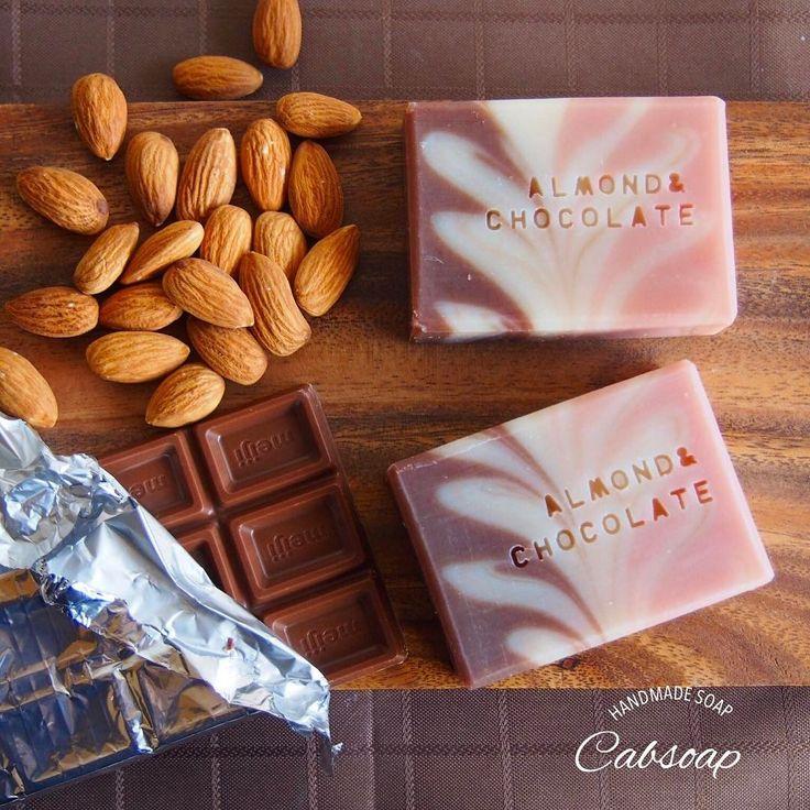 \新作!アーモンドチョコレートの石けん/ 2月8日(水)正午〜creemaにて販売開始 ・ ・ 明日出品の石けん、もう一種は「アーモンドチョコレートの石けん」です ・ 馴染みがない方にとっては「チョコレートの石けん?!」と意外かもしれませんが、チョコレートの原料カカオバターは、保湿剤として重宝されていて人気の素材。 ・ Instagramを見ていても、ソーパーさんたちはこの時期はみんなチョコレート石けんを作ってるんだな〜と実感していましたが、私も毎年恒例の石けんなんです ・ カカオバターに加えて、アーモンドオイルも原料にしました。 ・ デザインもチョコレートっぽさと、バレンタインっぽさをイメージ ・ チョコレートの甘〜い香りも楽しめます ・ ・ #creema #ハンドメイド #ハンドメイドソープ #手作り石けん #手作り石鹸 #手作りせっけん #手作り #石けん #石鹸 #せっけん #handmadesoap #チョコレート #カカオバター #ココア #アーモンド #アーモンドチョコレート