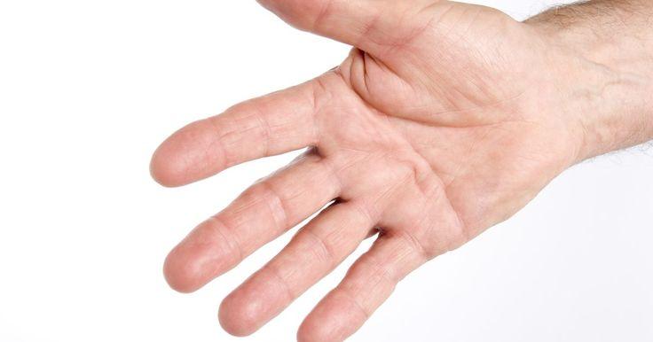 Remédios caseiros para cutículas e mãos ressecadas. Cutículas soltas ocorrerem quando os pedaços de pele ao redor suas unhas se danificam e se levantam. Isso é muitas vezes doloroso e irritante. São frequentemente causadas pela pele extremamente seca e rachada em suas mãos. Mantenha as mãos adequadamente hidratadas e evite as cutículas soltas e a pele rachada e dolorida. Existem várias maneiras de ...